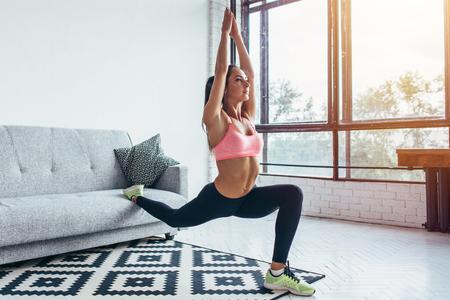 Geschikte vrouw die voorwaartse één beenstap doen valt oefeningentraining uit Stockfoto