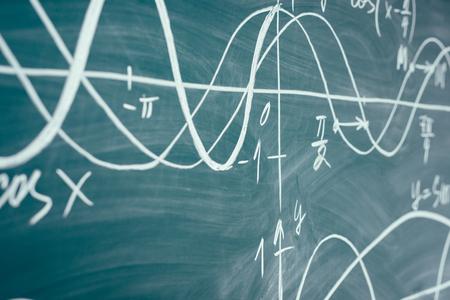 Trigonometría. Gráficos de función de pizarra escolar Lección de matemáticas. Foto de archivo