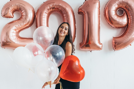 Young woman with balloons posing celebrating New Year Banque d'images - 108170852