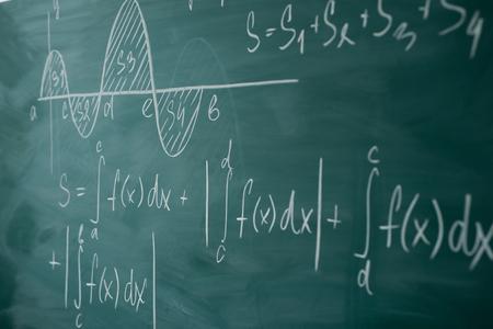 Clase de matemáticas. Álgebra. El gráfico y las fórmulas están escritos en la junta escolar.