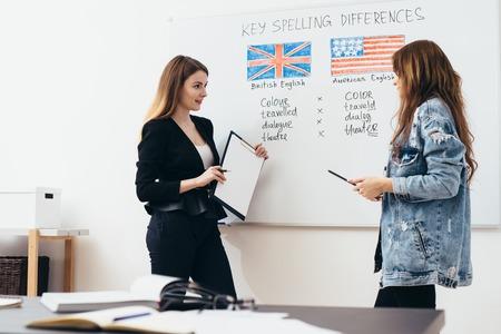 Escuela de inglés. Lección, profesor y alumno hablando.