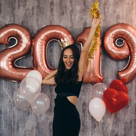 Young woman with balloons posing celebrating New Year Banque d'images - 113203964