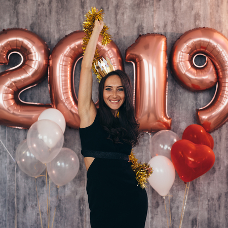 Woman holding balloons looking at camera. Celebration holiday new year Banque d'images - 113205523