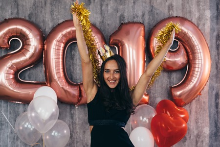 Young woman with balloons posing celebrating New Year Banque d'images - 113205544