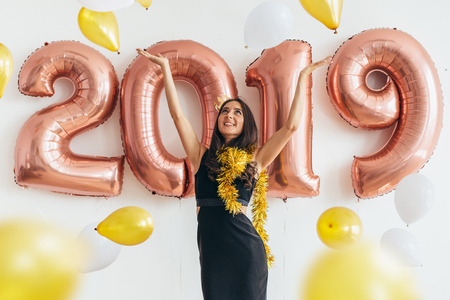 Young woman with balloons posing celebrating New Year Banque d'images - 113205791