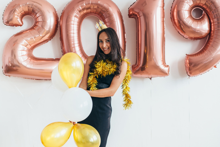Young woman with balloons posing celebrating New Year Banque d'images - 113205788