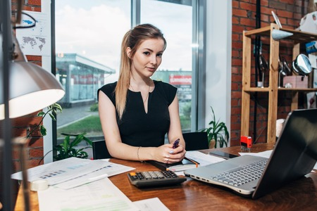 Business woman working at the office looking at camera. Zdjęcie Seryjne