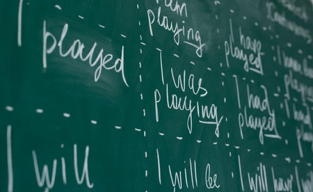Hand writing on a chalkboard in an language english class. Imagens - 118879515