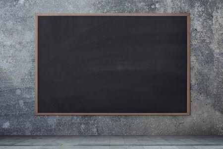 Trama di lavagna. Lavagna nera vuota vuota con tracce di gesso Muro di cemento, sfondo di cemento. Archivio Fotografico