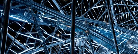 Luminous metal construction of randomly intersecting lines. Zdjęcie Seryjne