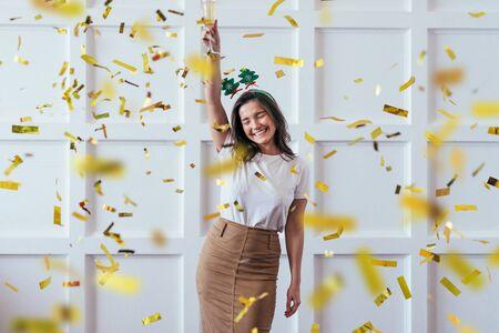 Porträt der jungen Frau mit Glas feiern Weihnachten oder Neujahr