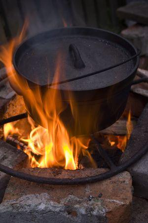 火でオランダのオーブンで調理