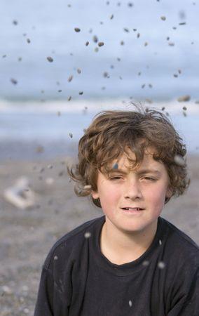 gravedad: Boy jugando con piedras y la gravedad  Foto de archivo