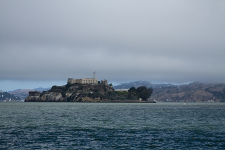 Alcatraz Island in the San Francisco Bay during the day with Light Fog 版權商用圖片 - 23218484