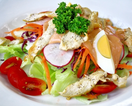 ensalada cesar: Ensalada de pollo a la parrilla con huevo y salsa Mil Isla