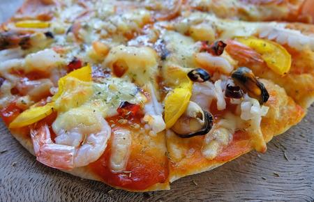 Dünne knusprige hausgemachte Pizza mit Meeresfrüchten