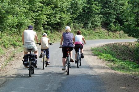 Un grupo de personas montando su bicicleta en el bosque.  Foto de archivo - 1641030