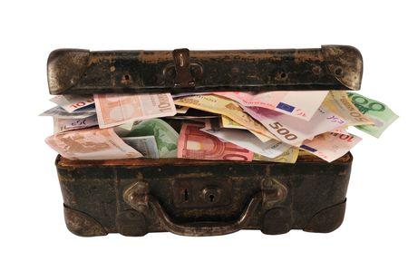 maletas de viaje: Old marr�n con maleta llena de diferentes euro, aislados en blanco.