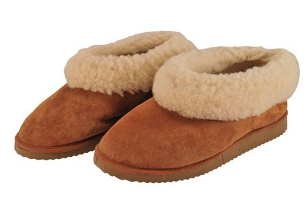 sheepskin: Par de zapatillas de piel de oveja (confort y calidez) aisladas en blanco. Foto de archivo