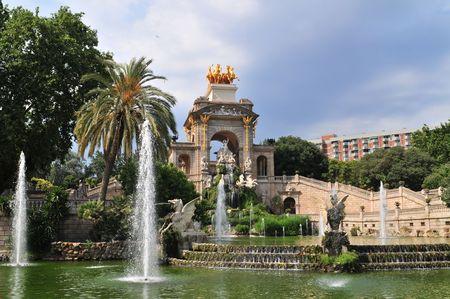 stark: Der Park von der Ciutadella mit Wasserfall (entworfen von Josep Fontsere in 1875) ist eng mit der Geschichte von Barcelona (Spanien) verbunden.