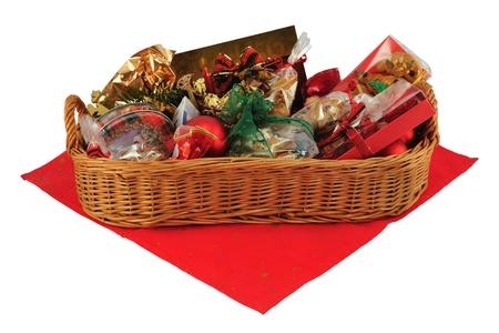 Weihnachts-Geschenk-Korb auf red Tischtuch, isoliert auf weiss.