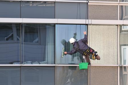 세탁기: 사무실 건물의 외부에서 작업 창 클리너.