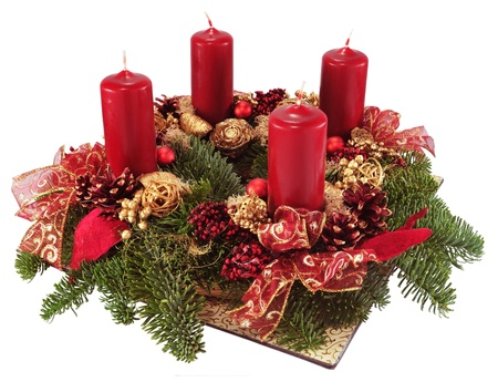 the advent wreath: Corona de Adviento con velas rojas aislados en blanco. Foto de archivo