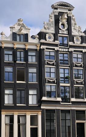 canal house: Una facciata casa Canale con un gancio di sollevamento ad Amsterdam. Editoriali
