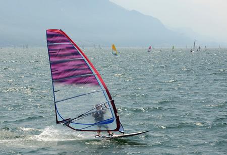 windsurf: Un surfista de viento en el lago de Garda (Italia). Foto de archivo