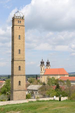 40 metrů vysoká rozhledna Jakab Fellner na vrchu Kalvárie, Tata (Maďarsko) byla původně věžičkou. Olovo se zahřeje, dokud se neroztaví, a pak se přes věže ve vysokém měřítku propadne přes měděné síto. Tekuté olovo tvoří drobné sférické koule povrchovým napětím, pak s Reklamní fotografie