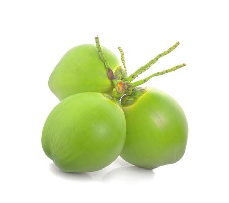 goccia d'acqua cocco verde isolato su sfondo bianco