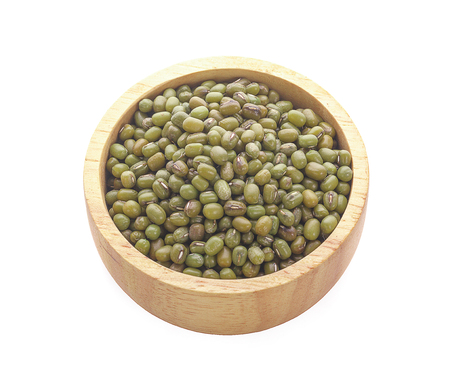 Mung beans isolated on white background Foto de archivo - 122678179