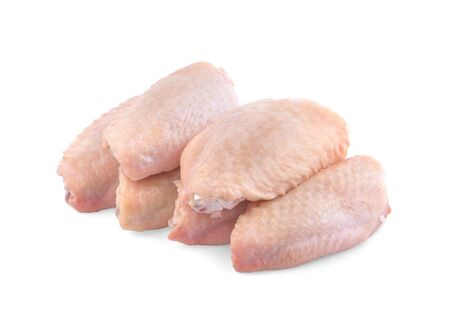 Alas de pollo crudo sobre un fondo blanco. Foto de archivo