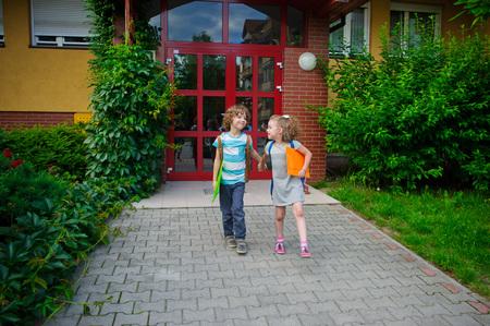 manos unidas: El muchacho y la Gerlie van a la escuela tienen manos unidas. d�a de septiembre caliente. Buen humor. En las caras de una sonrisa.
