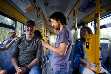 市バスの乗客。現代の公共交通機関は、子供と大人のため便利です。
