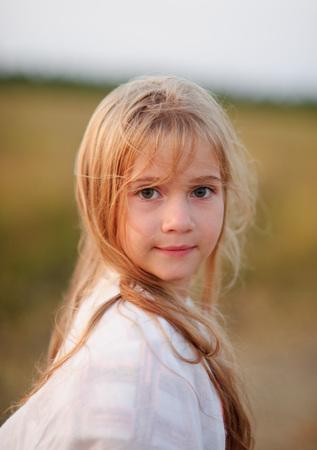 Portret van het charmante meisje van 9-10 jaar.