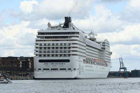 cruiseship: Cruiseship en el puerto de Copenhague