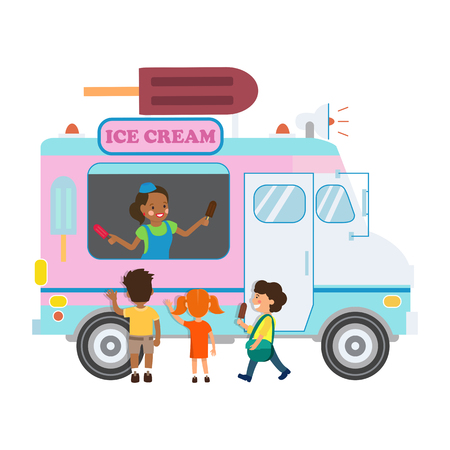 Camion de nourriture avec illustration vectorielle plane de crème glacée. Vendeuse afro-américaine et personnages de dessins animés de petits enfants. Femme souriante en Van avec mégaphone. Élément de design isolé pour petite entreprise Vecteurs