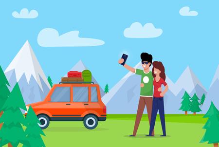 Coppia prendendo Selfie sulle montagne di sfondo. Coppia amore abbraccia e fa selfie. L'uomo e la donna vanno in macchina attraverso la foresta, si sono fermati per fare la natura sullo sfondo delle montagne innevate.
