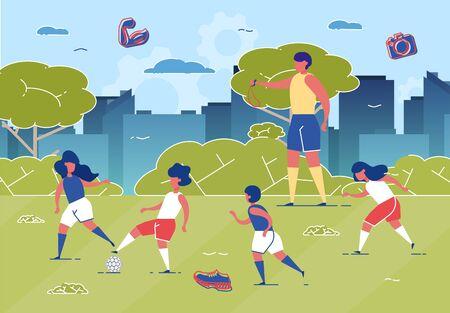 Kinder, die Fußball auf Rasen mit Ball-flacher Karikatur-Vektor-Illustration spielen. Couch mit Pfeifentraining für Kinder. Mädchen und Jungen, die im Park laufen. Aktiver und gesunder Lebensstil.