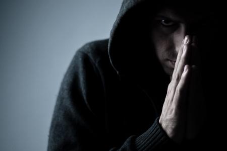 moine: personne effrayant avec les mains en pri�re