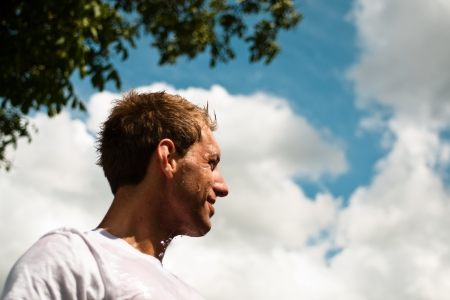 disciplines: sportman kijken tevreden op zijn running pad Stockfoto