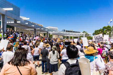 """30 giugno 2018 San Jose / CA / USA - Folle che trasportano striscioni si sono radunate per il raduno """"Famiglie appartengono insieme"""" svoltosi davanti al municipio, nel centro di San Jose"""
