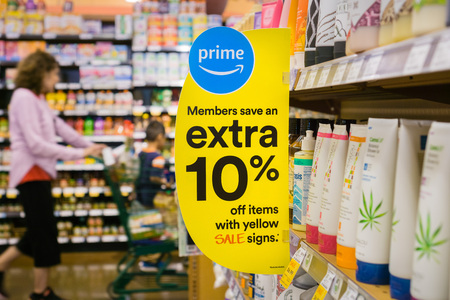 Los Altos / CA / USA - Sign advertising that Amazon offers additional discounts for Prime members at the Whole Foods stores Standard-Bild - 108349108