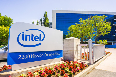 Santa Clara / CA / USA - Intel sign located in front of the entrance to the offices and museum located in Silicon Valley 報道画像