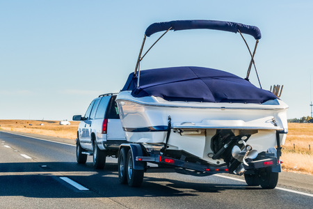 Truck towing a  boat on the interstate, California Banque d'images