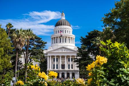 El edificio del Capitolio del Estado de California, Sacramento, California; día soleado; hermosas rosas amarillas en primer plano Foto de archivo