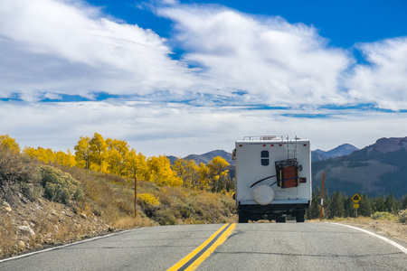 RV travelling through Sonora Pass in the Eastern Sierra mountains in autumn, California Imagens