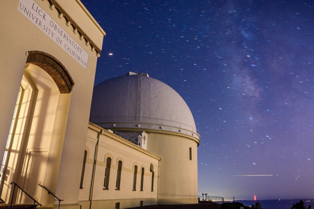 Night view of the historical Lick Observatory (completed in 1888) operated by the University of California; Starry sky and the Milky Way visible in background; San Jose, south San Francisco bay area 報道画像