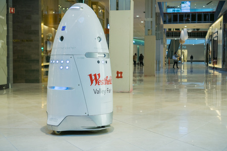 November 8, 2017 San Jose/CA/USA - Knightscope security robot patrolling Westfield Valley Fair Mall, Silicon Valley, San Francisco bay Banque d'images - 112497622